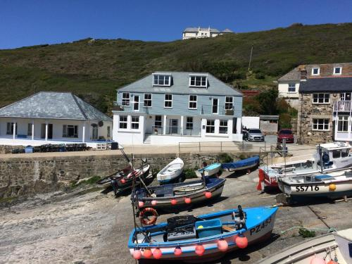 Penelope - Mullion Cove Harbour Apartment, Mullion, Cornwall