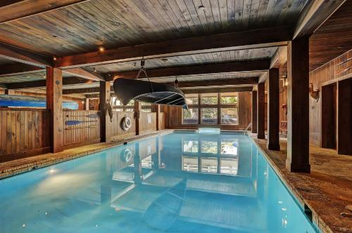 Modern Meets Mountains In This Airy 3 Bedroom Villa Villa - Accommodation - Beaver Creek