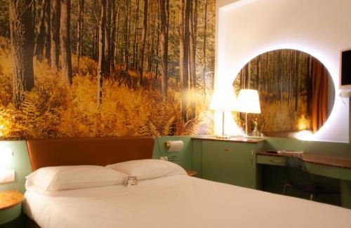 . Hotel Motel 2000