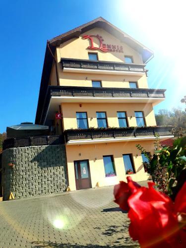 . Hotel Dennis