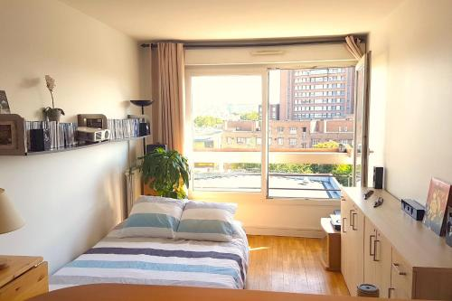 . Very bright 2 room apartment just a few minutes from Paris direct bus