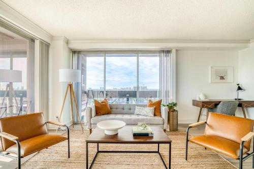 Epic downtown views in this 29th floor corner apartment by Lodgeur - Houston, Texas