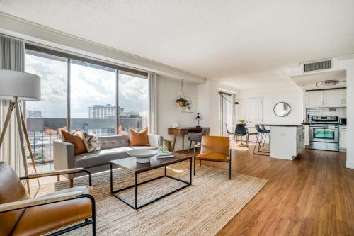 Stunning downtown views in this stylish corner apartment by Lodgeur - Houston, Texas