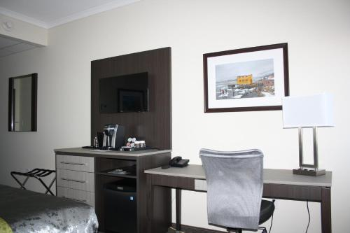 Crossroads Inn & Suites - Photo 4 of 65