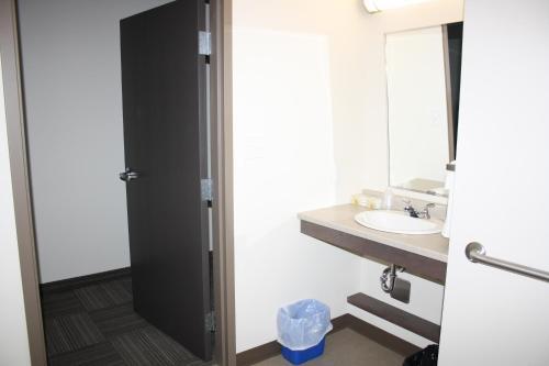 Crossroads Inn & Suites - Photo 6 of 65