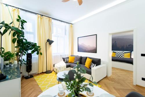 Bright And Colorful Apt Under Vyšehrad Castle with Netflix!