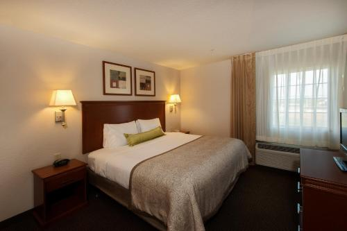 1 King 1 Bedroom Suite Mobility Accessible Tub