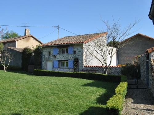 . Detached holiday home with above-ground pool and large garden, close to Poitiers.
