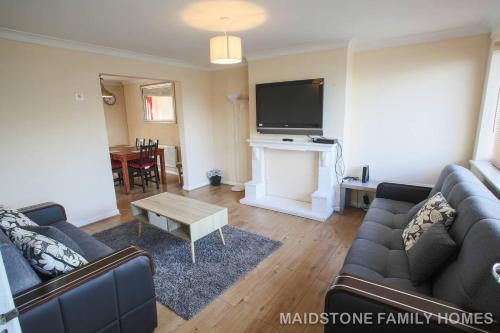 Ideal House In Maidstone - Free Parking - 24 Hour Checkin