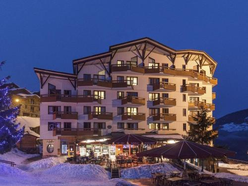 BEST DOWNTOWN LOCATION - ONLY 50 METERS FROM THE PISTE - SKI-TO-DOOR - 1 BEDROOM APT - SPACE FOR 4-Pax - STUNNING VIEWS - Apartment - La Perrière