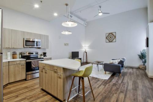 New Downtown Lux Loft + Pool + Valet, Sedgwick
