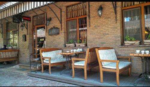 . 2 room Apartment above Verona Cafe Very Center