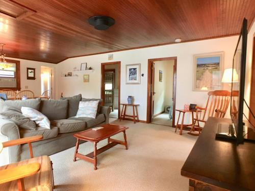 . Only 2/10 mile to Private Associaton Beach, 3 bedroom (sleeps 7), 2 Bath, A/C - BR0677