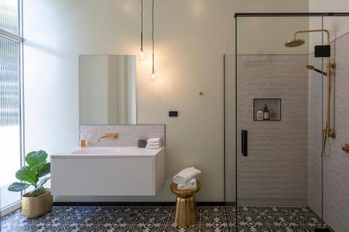 The Burlington Luxury Octagon Apartment - Dunedin