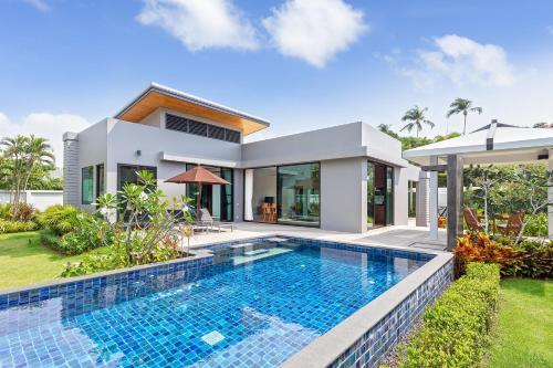 Tropical 3BR villa @ NaiHarn - Pool & Parking Tropical 3BR villa @ NaiHarn - Pool & Parking