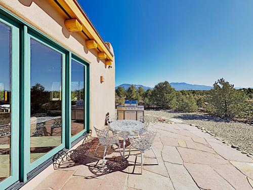 All-New Desert Hideaway: Mountain Views & Hot Tub home