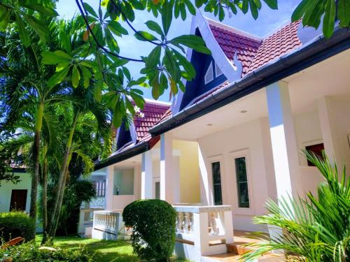7 Bed Room Luxury Villa with Private Pool and Garden * Free Shuttle 7 Bed Room Luxury Villa with Private Pool and Garden * Free Shuttle to Airport*