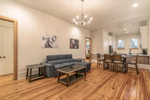 . 3BR Urban Condo by Hosteeva close to St Charles