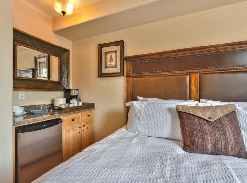 Silverado King Hotel Room by Canyons Village Rentals Main image 2