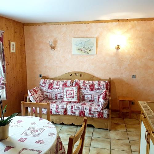 . Studio in Les Gets with wonderful mountain view furnished garden and WiFi 300 m from the slopes