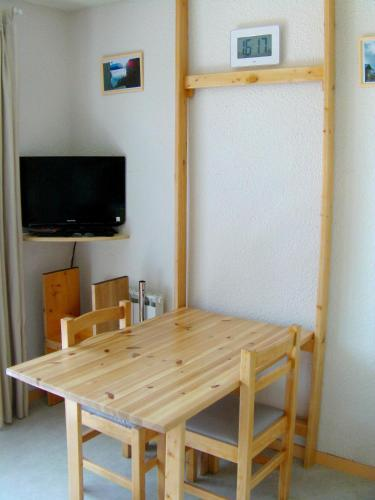 . Apartment with one bedroom in Auris en Oisans with wonderful mountain view and furnished balcony 200 m from the slopes