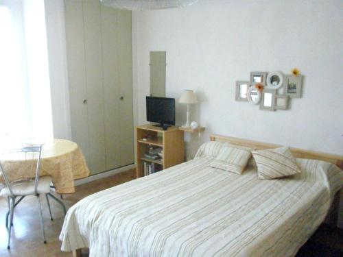 . Studio in AmelielesBainsPalalda with wonderful mountain view balcony and WiFi 40 km from the beach