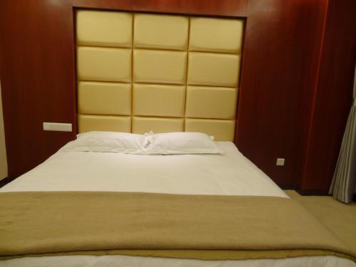 . Chengde Huilong Tower Hotel