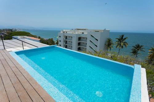 . 1 minute walk to the beach! Pool overlooking ocean. Condo Parotas