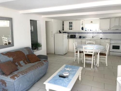 . Apartment with 2 bedrooms in SaintMichelChefChef with furnished terrace 300 m from the beach