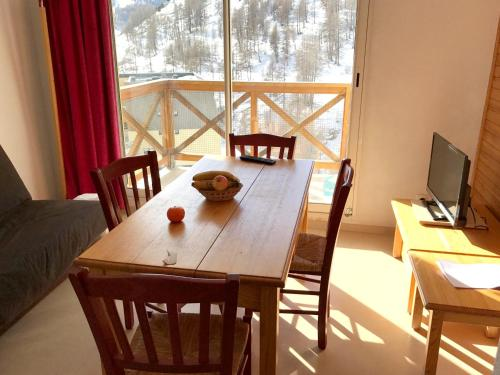 Apartment with one bedroom in Allos with wonderful mountain view shared pool and balcony - Location saisonnière - Allos