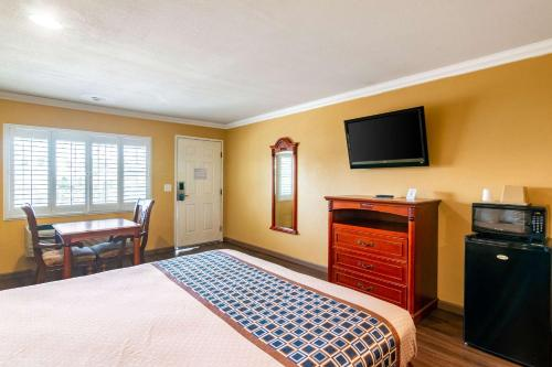 Rodeway Inn Artesia - Artesia, CA CA 90701