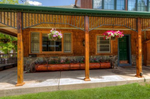 Cedar Wood Inn, Lawrence