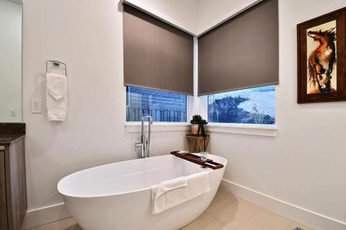 Huge & Newly Constructed 5Br/5Ba Residence-Private Hot Tub! Condo Main image 2