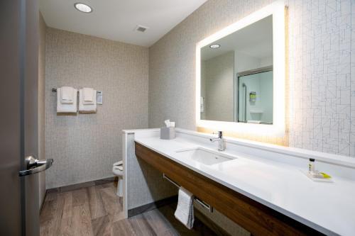 Holiday Inn Express - Lethbridge Southeast - Lethbridge, AB T1J 1Z3