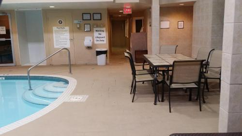 Holiday Inn Express Red Deer - Red Deer, AB T4R 1H1