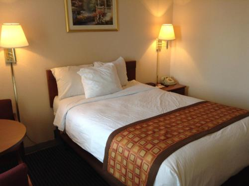 Days Inn By Wyndham Indianapolis East Post Road - Indianapolis, IN 46219