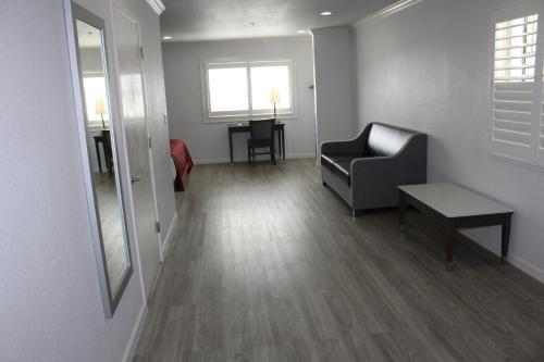 Mirage Inn & Suites - image 11