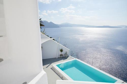 Deluxe Suite with Infinity Pool and Caldera View