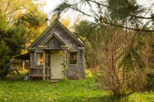 Blue Dragon Cabin - Lunenburg, NS B0R 1E0