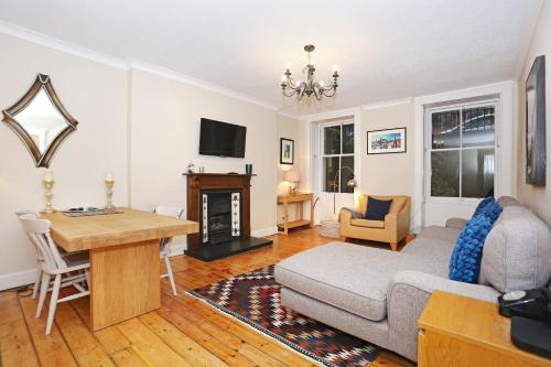 Traditional 2 Bed Apartment With Fireplace In New Town, Edinburgh