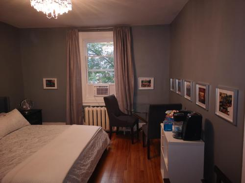 Room with King Bed in 3 Bedroom Downtown