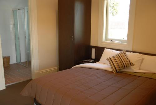 Captain Cook Hotel Botany room photos