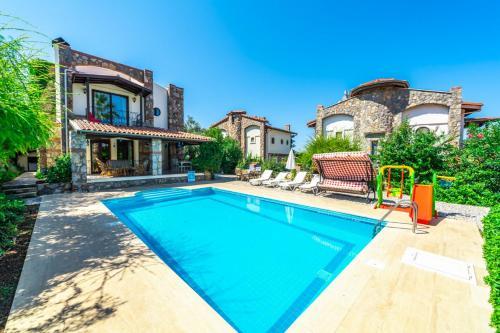 Oludeniz Villa Sleeps 6 with Pool Air Con and WiFi - Accommodation - Oludeniz