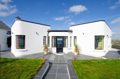 West Pentire Villa Sleeps 10 With Wifi, Crantock, Cornwall