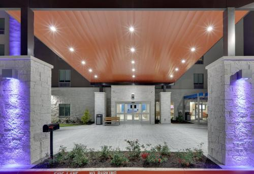 Holiday Inn Express & Suites - Plano - The Colony