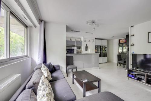 Modern 1Bedroom flat with Terrace in Trendy Paris XI