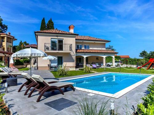 Icici Villa Sleeps 12 with Pool Air Con and WiFi