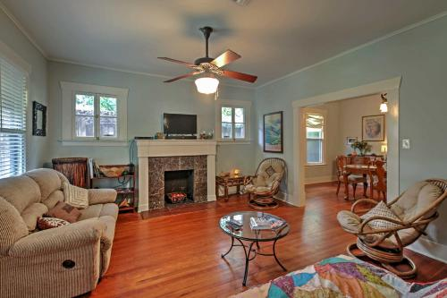 Quaint Houston Hideaway with Yard Less Than 3 Mi to Downtown - image 5
