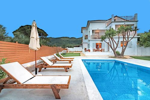 Vougiato Villa Sleeps 10 with Pool Air Con and WiFi