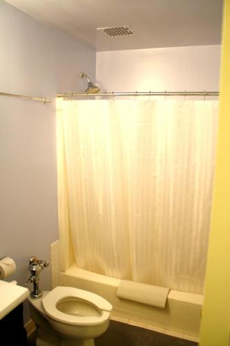 Leo House Одноместный номер с собственной ванной комнатой